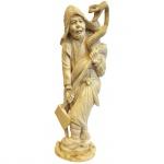 Escultura executada em marfim representando homem com machado e cobra. Assinado na base. Japão, Séc. XIX. 22 cm de altura. Apresenta certificado.