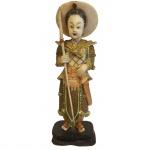 Escultura executada em marfim com policromia, sobre base de madeira representando guerreira. China, princípio do Séc. XX. 15,5 cm sem base e 17 cm com base. Apresenta certificado.