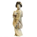 Escultura executada em marfim representando gueixa. Japão, cerca de 1900. 10,5 cm de altura. Apresenta certificado.