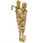 Escultura executada em marfim representando lenhador. China, cerca de 1900. 15,5 cm de altura. Apresenta certificado.
