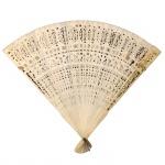 Leque executado em marfim trabalhado e vazado. Cerca de 1900. 17 cm de altura. Apresenta certificado.