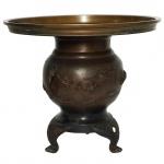 Vaso em bronze com desenhos em relevo. 24 cm de altura.
