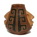 Vaso em cerâmica decorada com duas faces. 25 cm de altura.