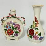 Vaso e moringa em porcelana decorados com flores. Maior 20 cm e menor 18 cm de altura.