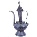 Grande chaleira em metal ricamente cinzelado decorada com figuras e animais. Oriente Médio, Séc. XIX. 55 cm de altura.