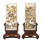Par de extraordinárias placas em marfim policromado com suas bases originais. Inscrições no verso. China, Séc. XIX. 42 cm de altura com a base e 31 cm de altura sem a base. Acompanha Certificado.