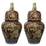 Grande par de Potiches em porcelana Imari policromada. Tampas encimadas por cães de fó. Japão, Séc. XIX. 68 x 34 cm. Em perfeito estado.