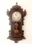 Relógio de Parede marca,  WML  Gilbert Clock Co, caixa ricamente trabalhada, necessita revisão, medindo  altura total 90 cm.                                                                                                                                                                             NOTA :William L. Gilbert Clock CompanyWednesday, June 29, 2016The William L. Gilbert Clock Company was formed at Winsted, Connecticut on July 5, 1871 to take over the Gilbert Manufacturing Company (1866-1871), which had been dissolved after a fire destroyed the factory. They grew from the clock-making operations of William L. Gilbert (1806-1890) who, since 1828, had been involved in various clock-making partnerships in Bristol, Farmington and Winsted, Connecticut.https://www.merritts.com/merritts/public/blog.aspx?ID=1033&Title=William%20L.%20Gilbert%20Clock%20Company