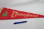Antiga e Maravilhosa Flâmula de feltro da Disneyland (escritas em relêvo). Mede 60 centímetros de comprimento.