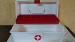 Caixa Plástica antiga para Primeiros Socorros, divisão interna, nas dimensões externas de 30 x 15 x 14 centímetros - bicolor, sem uso.