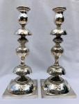 Lindo par de castiçais em metal espessurado à prata para comemoração do Sabat. Europa, provavelmente Alemanha. Lindo trabalho. Aprox. 21 cm de altura.