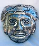 Antiga máscara em prata representando guerreiro. América Espanhola. Provavelmente séc. XIX. Apresenta duas pequenas trincas. Aprox. 20 x 20 cm.