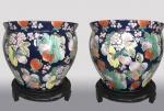 Grandioso Par de potiches Chineses azul com frutas e flores e base de madeira - 36cm diâmetro x 29cm altura