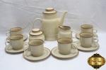 Jogo de café com 9 peças em porcelana polonesa. Composto de 6 xícaras com pires, bule, leiteira e açucareiro.