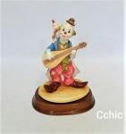 Escultura Palhaço tocando Instrumento Musical em Resina , base em madeira ,. Medida do palhaço: 13cm de altura, Base: 3cm de altura. ASSINADO LEONARDO