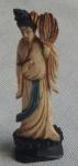 Imponente escultura em marfim, sob pedestal de madeira, representando Gueixa com abanador . Medindo 13cm