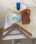 Lote com 2 mãos francesas, cesto para pão de vime, assadeira em alumínio e centro de mesa em material sintético.