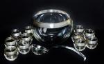Grande poncheira com bordas filitadas em prata acompanhada de 11 copos para servir e concha original de vidro. NÃO PODE SER ENVIADA PELOS CORREIOS.