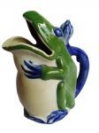 Exótica jarra de porcelana em forma de lagarto cujo o rabo é a alça. Medida 22 cm de altura.