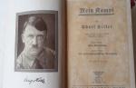 LIVRO - MILITARIA - Raro exemplar do livro: Mein Kampf (minha luta), de Adolf Hitler - Edição alemã de 1935. Capa dura. Com ilustrações. 781 Pág. Med.: 19 X 12 X 3,5 cm. À TÍTULO DE CURIOSIDADE: Um dos livros mais controvertidos da história. O único livro escrito pelo ditador nazista, entre 1924 e 1925, enquanto cumpria uma pena de prisão. ENVIO E RETIRADA DA CIDADE DE PORTO ALEGRE/RS.