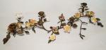 """Centro de mesa de bronze, francês, no feitio de candelabro, decorado com motivos de pássaros e flores policromadas. Med. total: 35 cm. FAZ O COMPOSÊ COM O LOTE ANTERIOR - """"centerpiece""""."""