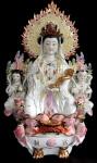 """Excepcional grupo escultórico, em porcelana chinesa, no tom branco, com rica policromia e à ouro, representando a """"Deusa Kuan Yin"""" - conhecida como a deusa da compaixão e da misericórdia. Med.: 62 cm de altura X 38 cm de largura X 16 cm de profundidade."""