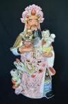 Exuberante e antigo grupo escultórico em porcelana oriental policromado e detalhes à ouro, com divindade com crianças e ofertas. Med 51X 28 X 16 CM .