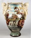 Imponente  vaso balaústre em cerâmica nacional manufatura Tasca, ricamente decorado com cena de castelo e paisagem. Pegas laterais encimadas por figuras de leões afrontados . Med.: 53 X 42 cm. Marcas do tempo.