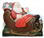 Grande placa natalina confeccionada em ferro, representando Papai Noel com trenó. Med.: 82 cm de largura X 66 cm de altura X 10 cm de profundidade.