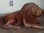 """ART POPULAR - PRADOS/MG - Escultura de grandes proporções, esculpida em bloco de madeira, representando """"Leão"""". Med.: 82 X 41 X 28 cm (largura cabeça)."""