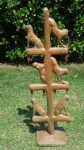 """ART POPULAR - ARI - PRADOS/MG - Grande escultura em madeira representando """"Macacos"""". Med.: 84 X 25  cm."""