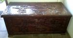 Excepcional baú equatoriano em madeira nobre, decorado com entalhes Incas em alto relevo. Med.: 1,27 X 61 X 53 cm. RETIRADA COM AGENDAMENTO PRÉVIO NA BARRA - RIO DE JANEIRO/RJ.