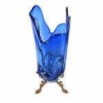 MURANO - Elegante vaso em tons de azul  translúcido. Base e borda rematadas com belíssimas ondulações.  Acompanha base em metal com pátina dourada apoiada por 4 pés estilizados. .Exemplar antigo e em perfeito estado de conservação. Dimensões: 38 cm  x 18 cm x 16 cm.