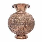 Antigo vaso construído em Cobre, bojudo, rematado com Aves, flores e arabescos em alto relevo. Pequenas marcas do tempo, nada que tire a beleza do exemplar. Dimensões: 25 cm altura x 20 cm diâmetro.