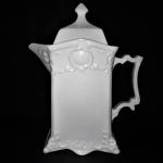 Grandioso Bule Art Déco em fina porcelana Inglesa, anos 30, ornada com larga faixa estilizada na parte superior. Exemplar antigo e em perfeito estado de conservação. Dimensões: 26 cm altura x  21 cm x 10 cm. Capacidade: 1 litro.