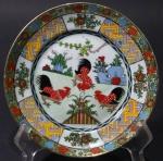 Prato em porcelana Chinesa dita de Exportação, representação de Galos e motivos geométricos. 16cm. Fundo com quatro caracteres circundados por linha dupla.