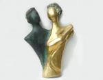 Mazeredo (Marli Crespo Azeredo) - Escultura de bronze parte polido e parte patinado, representação de Busto de Casal em flerte. Assinada no bronze pela premiada escultora. 42 x 29 cm.