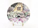 Prato  decorativo Porcelana Japonesa Assinado Dawna Barton. MEDIDA: 20CM DE DIAMETRO. ASSINADO DAWNA BARTON. NÃO ACOMPANHA SUPORTE.