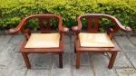 2 Cadeiras Decorativas com braço em Madeira, laqueada. Medidas:  76 cm de comprimento 72 cm altura profundidade 48 cmNão Podee ser enviada pelos Correios.