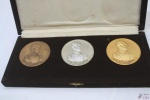 """3 Medalhas Do Sesquicentenário Do Panamá. NO ESTOJO ORIGINAL, MEDALHAS NAS CORES BRONZE, PRATA E OURO. """"SESQUICENTENARIO DEL CONGRESO ANFICTIONICO DE PANAMA - 1826 - 1976"""". """"NUESTRA PATRIA ES AMERICA SIMON BOLIVAR"""" MEDINDO: 6CM DE DIÂMETRO"""