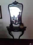 Console de parede em madeira nobre com pés curvos e espelho em cristal bisotado, moldura ricamente entalhada, com mais de 100 anos. Medindo o aparador 90cm de largura x 28cm de profundidade x 80cm de altura e o espelho 100cm de altura x 68cm de largura. O conjunto mede 180cm. Retirada no Recreio dos Bandeirantes, por conta e risco do comprador.