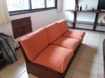 Sofá de 3 lugares em madeira com almofadas soltas e bau no assento. Medindo 180cm de comprimento x 80cm de profundidade. Retirada no Recreio dos Bandeirantes, por conta e risco do comprador.