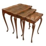 Conjunto de três mesas ninho em estilo Chippendale, com tampo em palhinha indiana e sobretampo em vidro; a mesa maior apresenta medalhão entalhado ao centro: 55 x 52 x 37 cm / 52 x 42 x 33 cm / 49 x 32,5 x 29 cm.