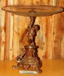 Belo prato decorado com pedestal  em metal com figura de anjo barroco. (desgastes)