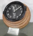 Relógio de navio  Horasa em base de madeira.  (sem funcionamento)  diam total  28 cm