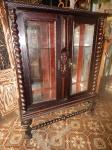 Cristaleira colonial em madeira torneada com fundo espelhado e porta envidraçadas. (desgates) 1,60 x1,24x52 cm