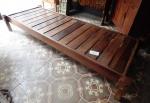Design:  mesa baixa em jacarandá. (acompanha tampo de vidro/ desgastes) 28 x1,95 x74 cm