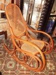 Cadeira de balanço  em madeira (desgastes)