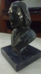 Objeto decorativo: busto de Liszt em metal e  base de pedra. (desgastes) med. 16 x9 cm