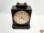 Antigo relógio de mesa alemão da marca Mauthe, com caixa de madeira nobre. Medindo 17cm x 10cm x 25cm de altura, acompanha a chave, necessita de revisão e possui um leve bicado na caixa.